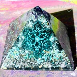 COPO DE NIEVE - Pirámide  de Orgonite 3960 - PIEZA ÚNICA